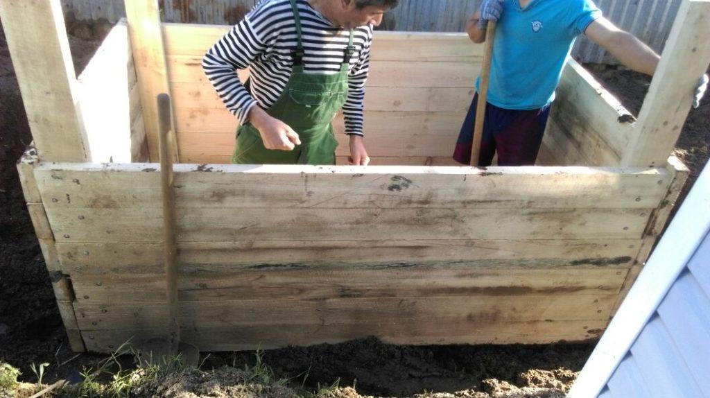 обустраивают деревянную опалубку под септик