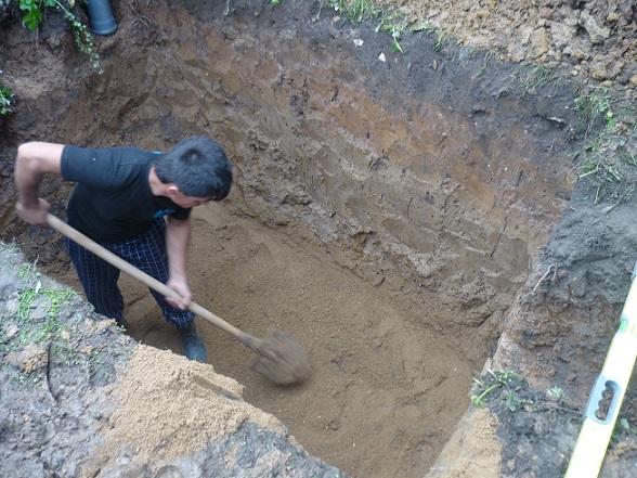 Создание котлована, засыпка дна песком.