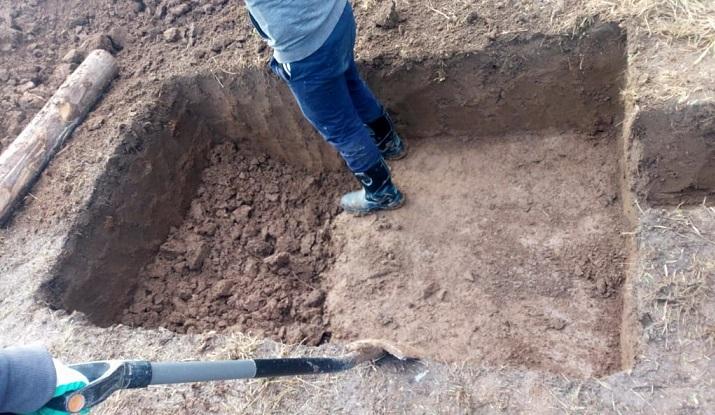 Копаем котлован под септик Клён